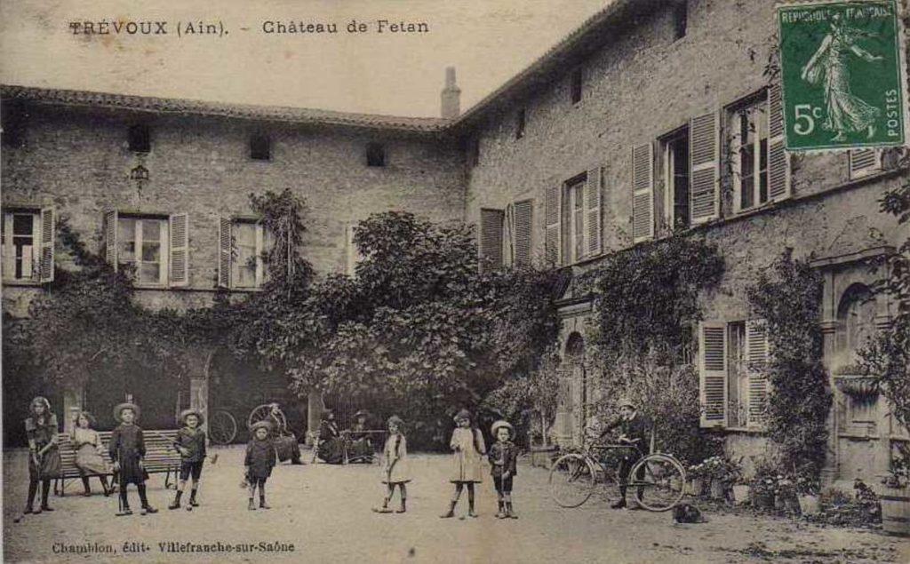 Carte postal représentant la cour du château avec des enfants en habille d'époque